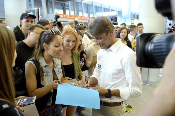 Andrzej Bargiel z tłumami fanów na warszawskim lotnisku