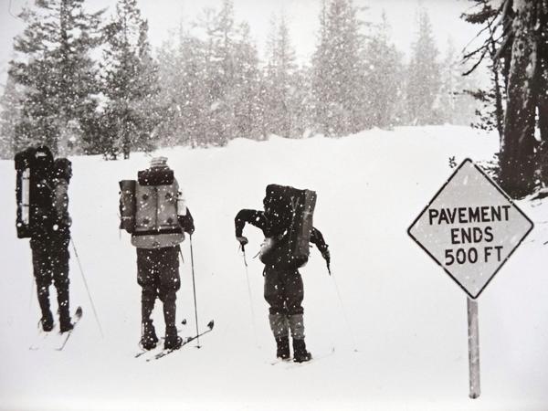 Wczesne lata 70. Doug Robinson, Ken St. Oegger i Yvon Chouinard na nartach (fot. arch. Doug Robinson)