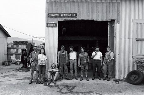 Pracownicy przed garażem, w którym mieściła się firma Chouinard Equimpent - 1996 rok. Trzeci od prawej to Yvon Chouinard (fot. Tom Frost/Patagonia)