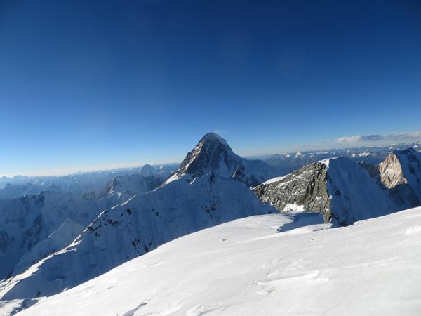 Wyprawa na Broad Peak 2013: widok z wierzchołka na K2, przedwierzchołek Rocky Summit, przełęcz i Broad Peak Middle  (fot. Adam Bielecki)