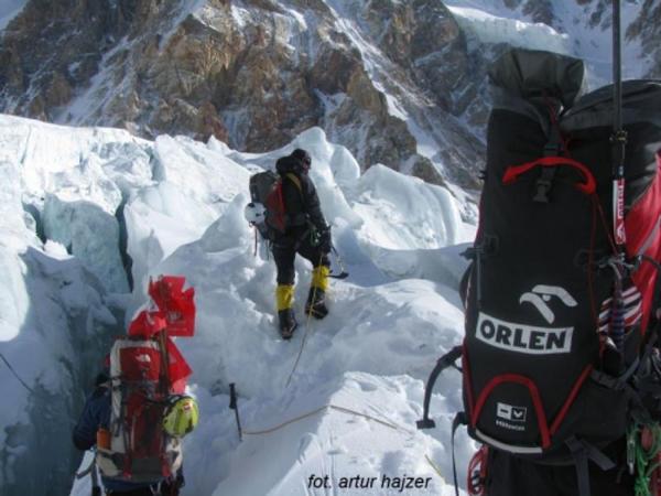 Wyprawa na Gasherbrum I: pokonywanie Ice fallu w kierunku obozu pierwszego (fot. Polski Himalaizm Zimowy)