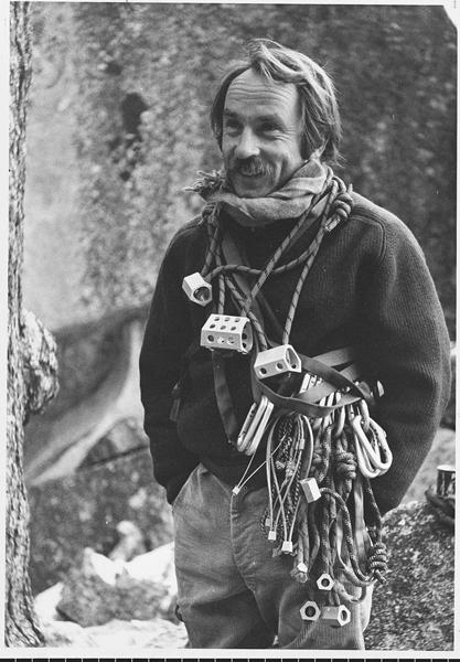 Yvon Chouinard obwieszony kostkami Hexecetrics, około 1973 roku (fot. Tom Frost)