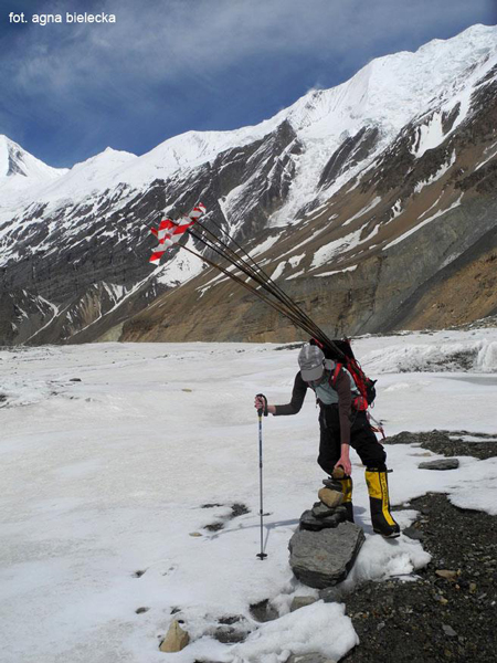 Wyprawa na Dhaulagiri 2013: Tamara Styś na lodowcu w oklicach bazy (fot. Agna Bielecka)