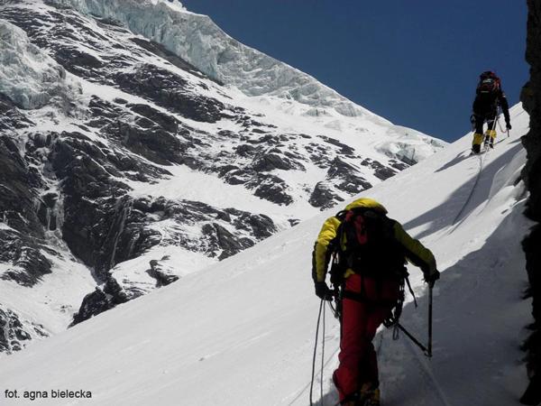 Wyprawa na Dhaulagiri 2013: trawers Eigeru w kierunku plateau i obozu I (fot. Agna Bielecka)