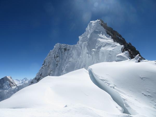 Wyprawa na Broad Peak 2013: grań szczytowa widziana z przełęczy (fot. Adam Bielecki)