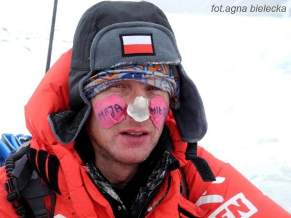 Janusz Gołąb po zejściu do bazy (fot. Agna Bielecka)