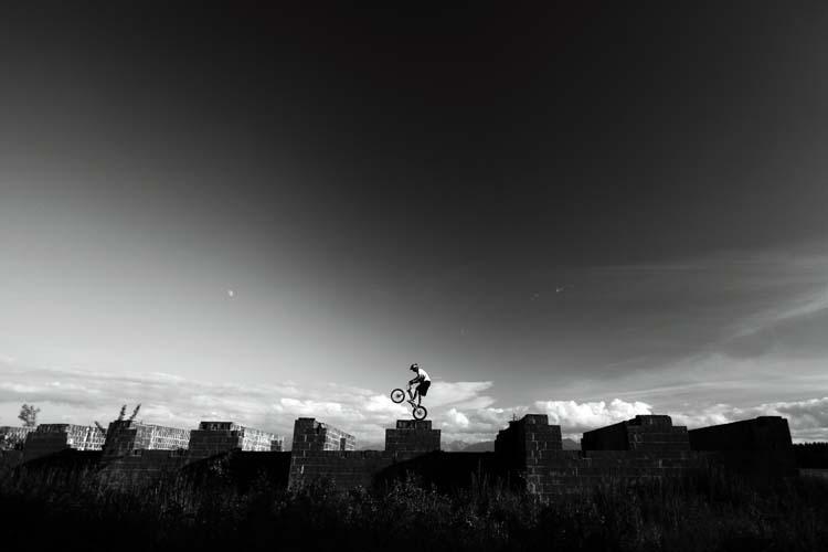 Dawid Pietrzak podczas treningu cyklotrialowego na opuszczonej budowie (fot. Adam Kokot)
