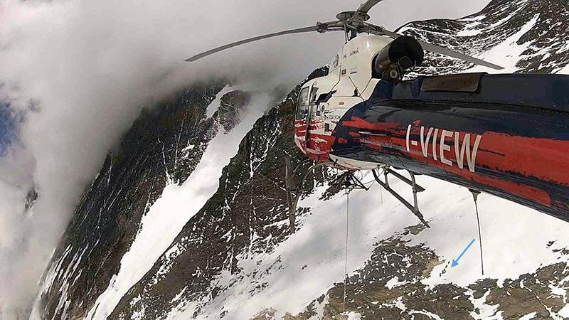 Helikopter zbliża sie do miejca akcji (fot. Arch. Simone Moro)