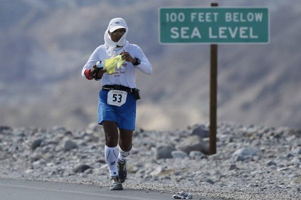 Biegaczom towarzyszy upalne słońce i temperatura przekraczająca 55 stopni Celsjusza (fot. LUCY NICHOLSON REUTERS)