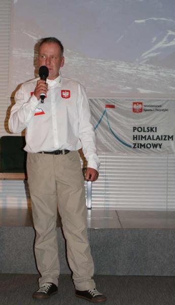 Artur Hajzer podczas jednej z konferencji prasowych (fot. Polski Himalaizm Zimowy)
