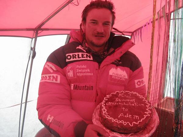 Niespodzianka dla Adama po zejściu z K2 (fot. Polski Himalaizm Zimowy)