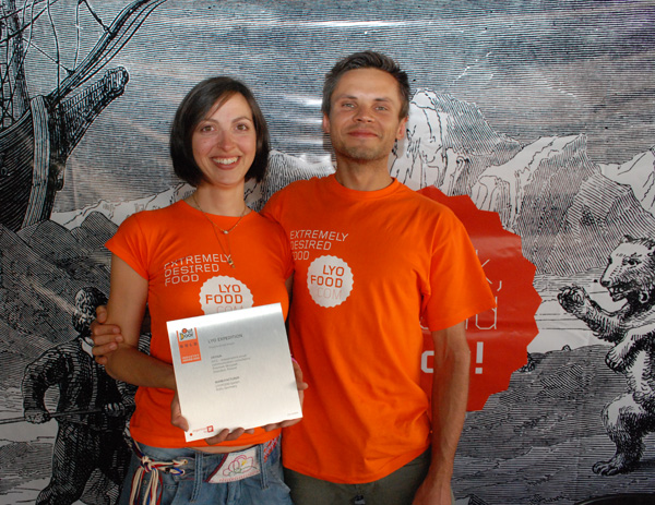 Woletta Godek i Przemek Skrzypek na targach OutDoor, z nagrodą (fot. Outdoor Magazyn)