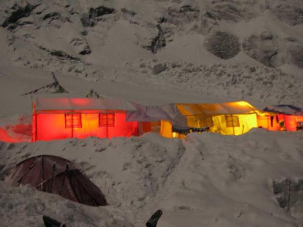 Obóz nocą (fot. Polski Himalaizm Zimowy)