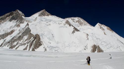 Wyprawa na Gaszerbrumy: wysokość 6000m, w tle Gasherbrum II