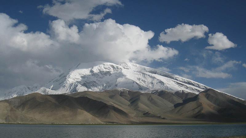 Mustagh Ata i jezioro Karakuł (fot. Fabien Rebeaud)