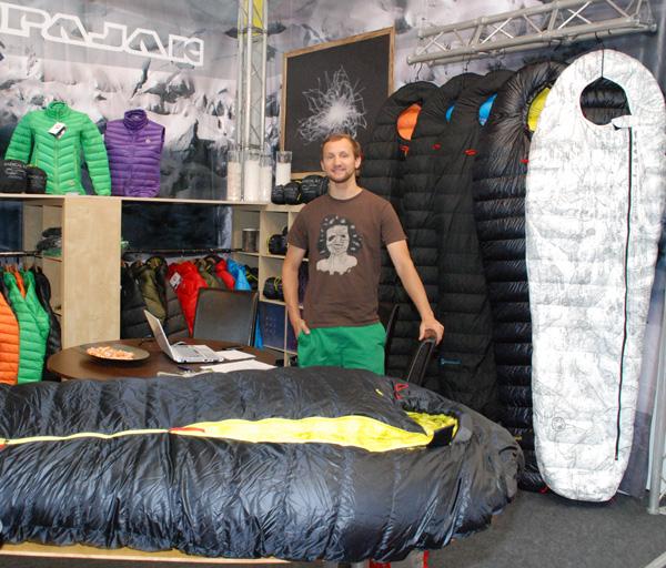 Stoisko marki Pajak na targach OutDoor 2013 - z prawej strony śpiwór R1Z w nowej odsłonie (fot. Outdoor Magazyn)