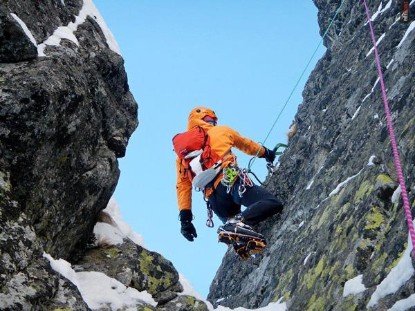 Kurtka w żaden sposób nie ogranicza ruchów podczas wspinaczki (fot. Artur Małek)