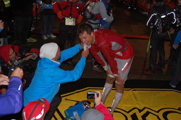 W UTMB 2012 jako pierwszy na mecie, z czasem 10h:32m:19s pojawił się Francuz - François D'Haene (fot. Outdoor Magazyn)