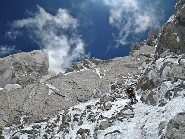 Hansjorg prowadzi w mikstowym terenie na wysokości 6500 m