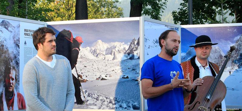 Otwarcie wystawy - Kuba Brzosko (organizator, po prawej) i syn Macieja Berbeki - Stanisław (fot. Danka Zgliczyńska)