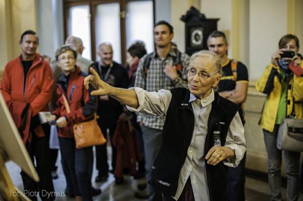 Anna Milewska opowiada o zdjęciach podczas wernisażu (fot. Piotr Dymus)
