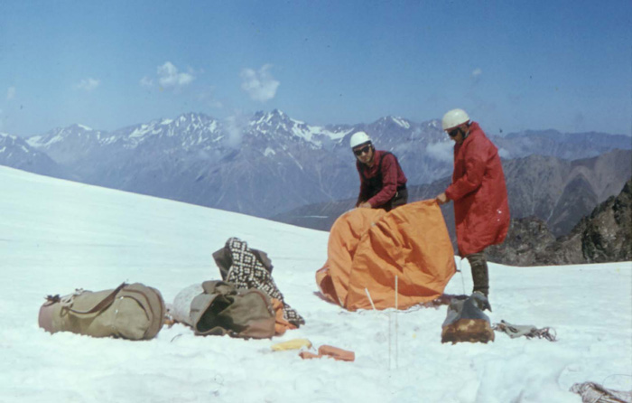 Biwak na Lodowcu Kaszka-Tasz w Kaukazie w 1971 r. (Stanisław Makarski i Jan Kiełkowski) (fot. M. i J. Kiełkowscy)