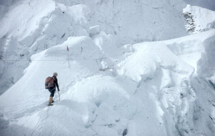 Śląska Wyprawa na Lhotse w 1979 roku. M. Kiełkowska w Lodospadzie Khumbu (Khumbu Ice Fall), w drodze do obozu I (fot. M. i J. Kiełkowscy)