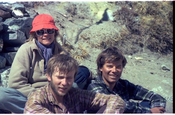 Artur Hajzer oraz Marii Odile i Vincent Fine z Francji w bazie pod południową ścianą Lhotse, rok 1985 (fot. arch. Janusz Majer)