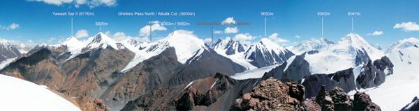 Zdjęcie rejonu z Panorama Peak w kierunku południowym - wierzchołek, na który weszła Anita z Karimem (6063 m) leży pomiędzy Przełęczami Ghidims Pass North i Ghidims Pass South (fot. Detlef Seelig)