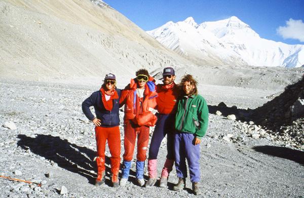 Ratownicy z Andrzejem Marciniakiem, w tle płn. ściana Everestu. Od lewej: Gary Ball, Andrzej Marciniak, Rob Hall, Artur Hajzer. 1989 rok (fot. arch. Artur Hajzer)