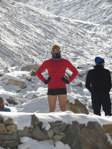 Zimowa wyprawa na Broad Peak: Trekking do bazy, suszenie się w słońcu (fot. Adam Bielecki)