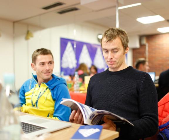 Adam Pustelnik i Leo Houlding w oczekiwaniu na prelekcję (fot. Wojtek Lembryk/KFG)