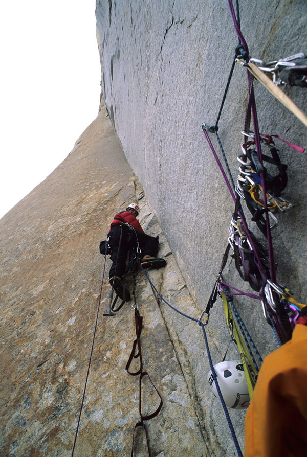 "Great Trango Tower. Wspinaczka na ""Parallel Worlds"" VII 5.11 A4 (fot. Mark Synnott)"