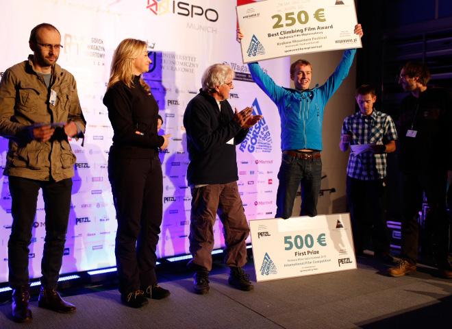 Leo Houlding odbiera w imieniu Alastaira Lee I Nagrodę Międzynarodowego Konkursu Filmowego i nagrodę za najlepszy film wspinaczkowy (fot. Wojtek Lembryk / KFG)