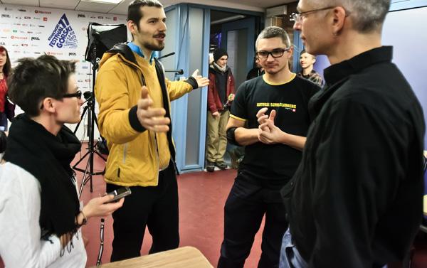 Wspólne rozmowy - od lewej Karolina Szymańska, Artur Szachniewicz, Artur Małek i Rafał Sławiński (fot. Lesław Włodarczyk)