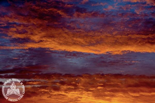 W czasie tzw. złotej godziny na niebie zaczyna się rewia kolorów: głębokie fiolety, purpura, krwista czerwień, delikatny pomarańcz. Granat nieba powoli ciemnieje (fot. Przemek Bucharowski)