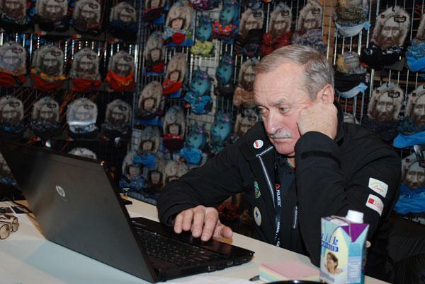 Krzysztof Wielicki przy pracy na targach ISPO MUNICH 2014 (fot. Outdoor Magazyn)