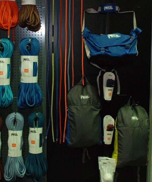 Po prawej plecaki i torba na liny marki Petzl (fot. Outdoor Magazyn)
