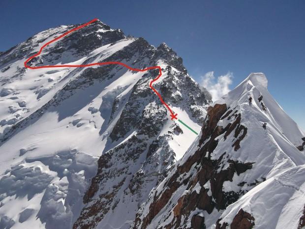 Krzyżyk oznacza miejsce, do którego prawdopodobnie doszli David i Tomek. Czerwowna linia – dalsza droga do szczytu (fot. Cathy O'Dowd, topo Janusz Kurczab)