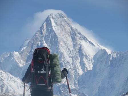 Na lodowcu Baltoro - świetlista ściana Gasherbrum IV (fot. Adam Bielecki)
