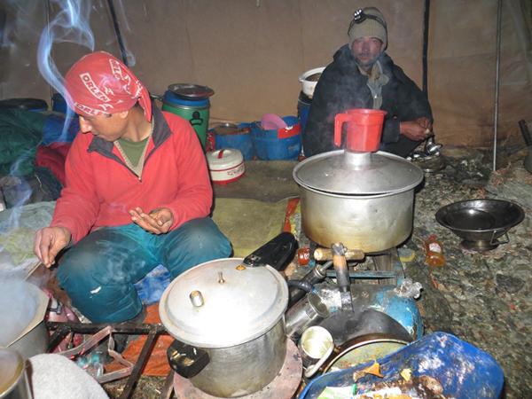 Mossin (kucharz) i Muhammad (pomocnik) w kuchni (fot. Adam Bielecki)