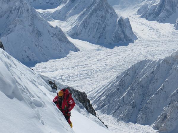 Pierwszy atak szczytowy - Artur Małek na wysokości ok. 7800 (fot. Adam Bielecki)