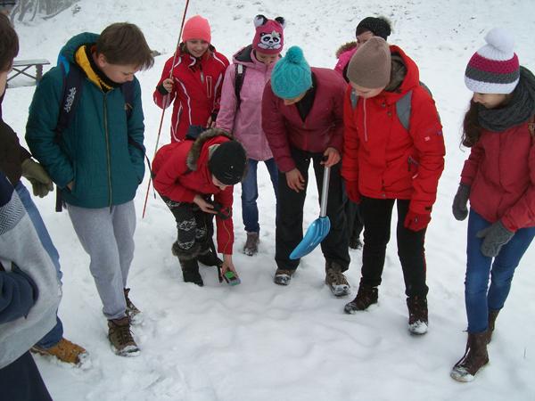 Uczniowie Szkoły Podstawowej w Ostrowsku uczą się lawinowego ABC (fot. Agnieszka Szymaszek)
