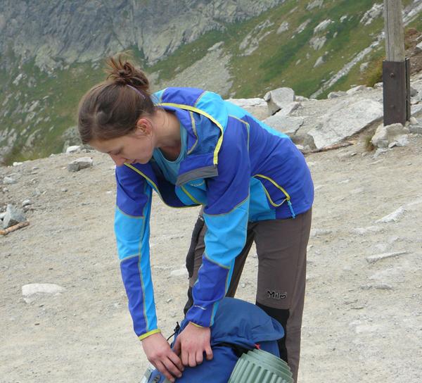 Kurtka sprawdzi się podczas trekkingów, także z plecakiem