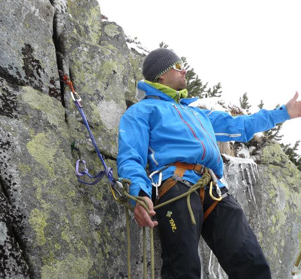 Podczas ambitniejszych wycieczek w góry warto mieć przy sobie sprzęt wspinaczkowy i wiedzieć jak zbudować stanowisko (fot. Outdoor Magazyn)