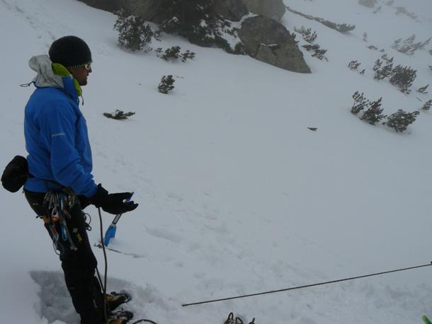Grzegorz Bargiel pokazywał jak przygotować stanowisko asekuracyjne z czekana w śniegu (fot. Outdoor Magazyn)