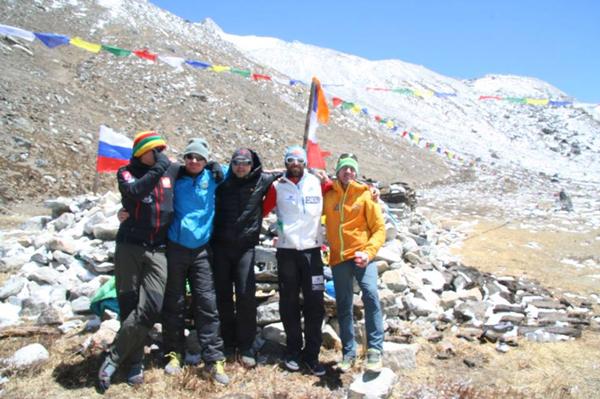 Członkowie wyprawy w bazie (fot. alextxikon.com)
