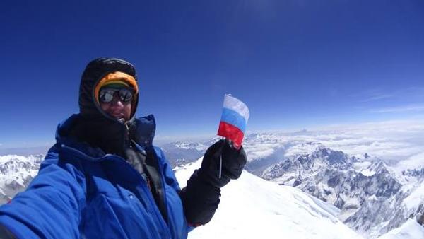 Denis na szczycie Kanczendzongi (fot. Denis Urubko)