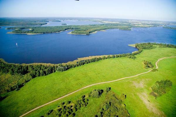 """Jezioro Jeziorak to jezioro rynnowe, najdłuższe naturalne jezioro w Polsce, największe na Pojezierzu Iławskim i trzecie po Śniardwach i Mamrach w """"Krainie Tysiąca Jezior"""". Stanowi część szlaku Kanału Elbląskiego. W 2012 roku Jeziorak uznany został przez czytelników magazynu podróżniczego """"National Geographic Traveler"""" za jeden z siedmiu nowych cudów Polski (fot. Jeziorak Challenge)"""