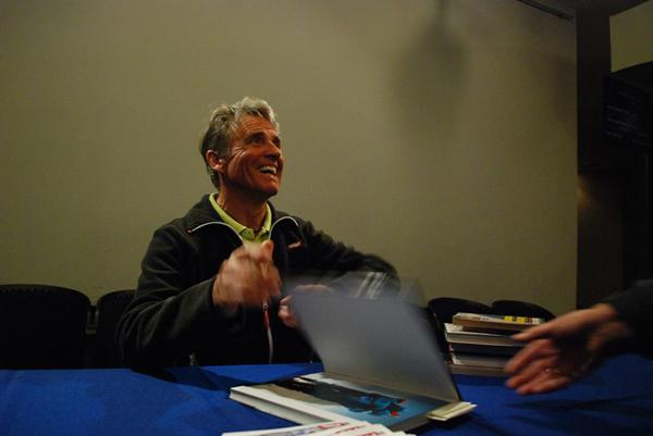 Peter podpisuje swoją książkę, jak widać z radością :) (fot. Sebastian Płocharski)
